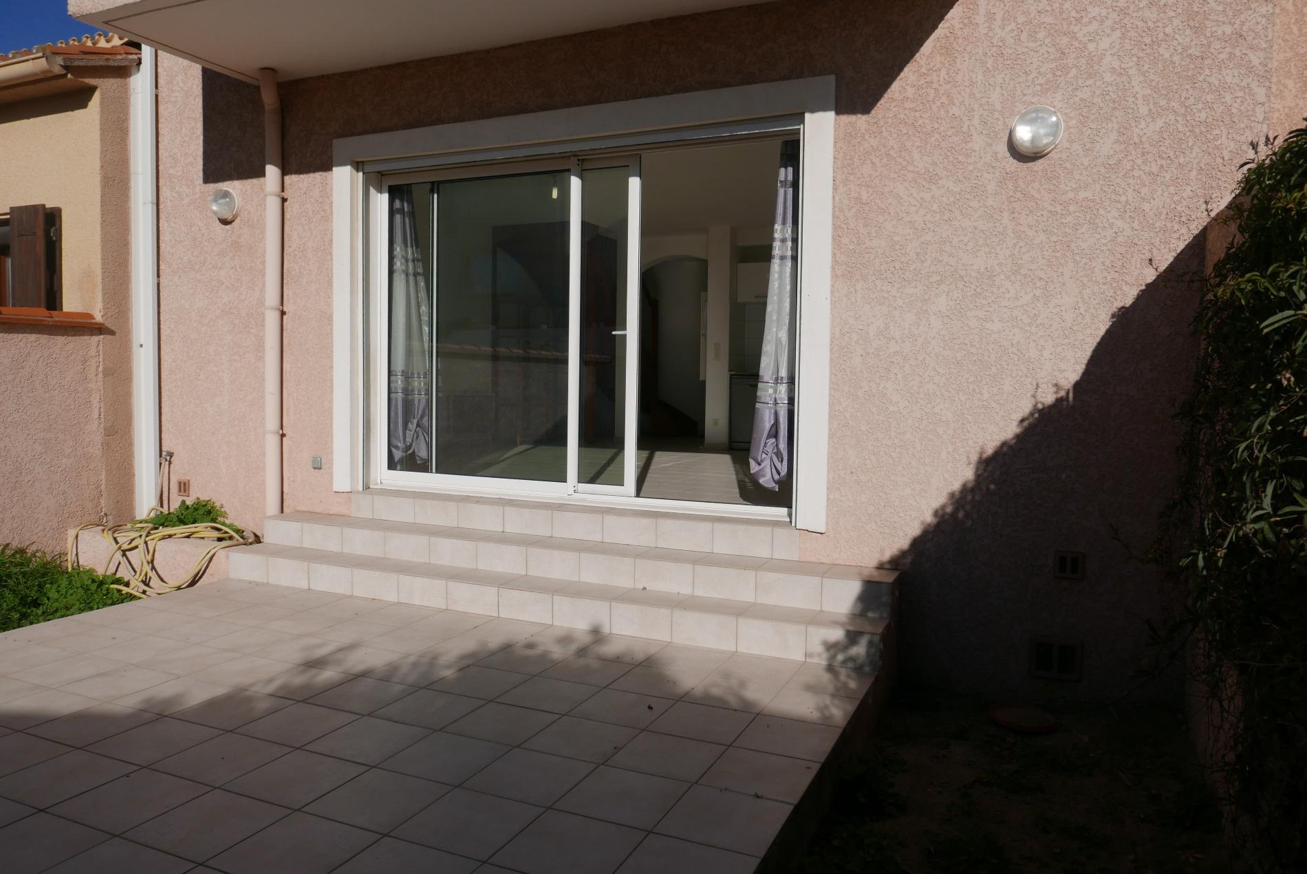 Terrasse arriere et baie vitree donnant dans le sejour