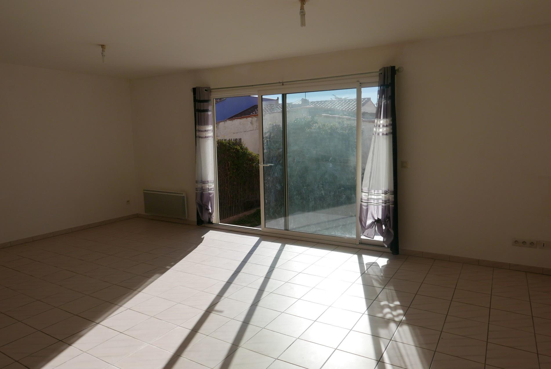 Sejour avec baie-vitree donnant sur la terrasse arriere