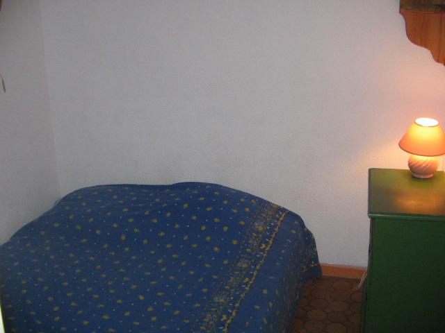 Chambre avec un canapé convertible